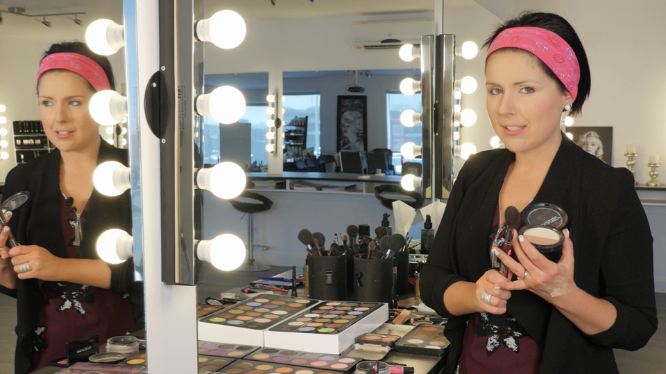 Maquillage du teint avec modelage du visage