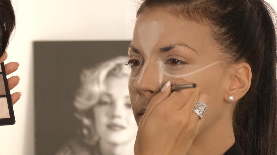 Modelage du visage avec des fards en crème