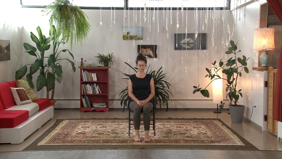 Une suite de yoga sur chaise